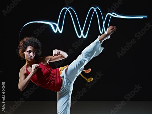 Photo  hispanic woman playing capoeira martial art
