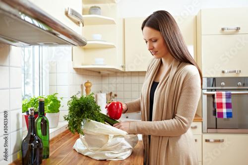 Fotografia, Obraz  Einkäufe in Küche auspacken