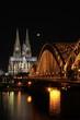Kölner Dom bei Nacht mit Mond