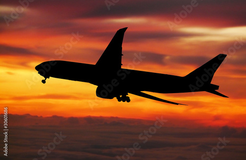 Fotografia  big plane landing at dawn