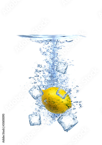 Poster Dans la glace Lemon water splash with ice cubes isolated