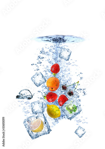 Poster Dans la glace Fruit water splash with ice cubes isolated