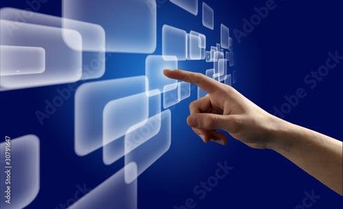 Photo Doigt pressant un bouton sur un écran tactile