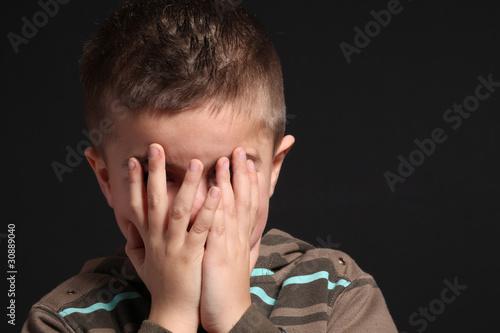 Photo bambino si nasconde il volto