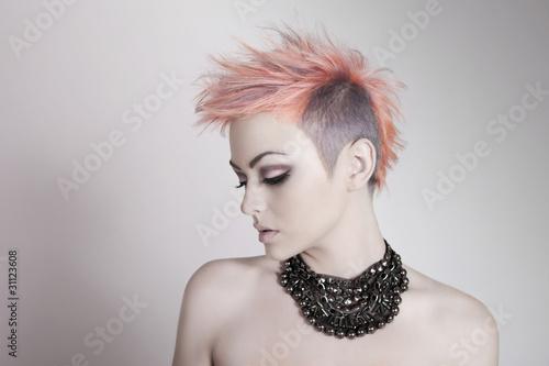 atrakcyjna-mloda-kobieta-z-punkowa-fryzura