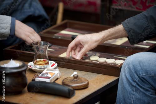 Turkish men playing backgammon Fototapete