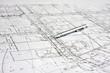 ołówek na białym planie budowy architektonicznym