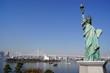 自由の女神像とレインボーブリッジ