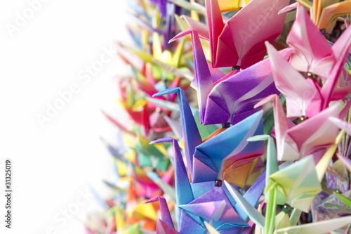 kolorowe-ptaki-papieru-wiszace-razem-za-pomoca-zylki