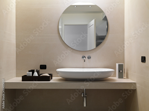 Photo Bagno Moderno con rivestimento in marmo e lavabo in ceramica bia