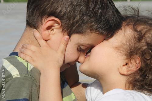 Fotografie, Obraz  bambina che bacia bambino
