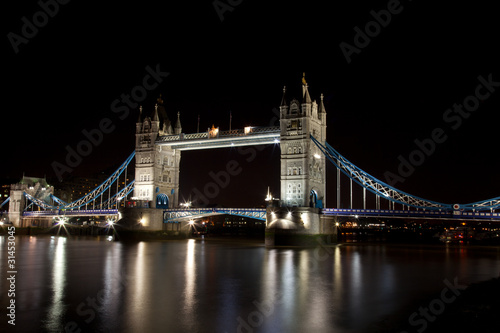 london-tower-bridge-w-nocy