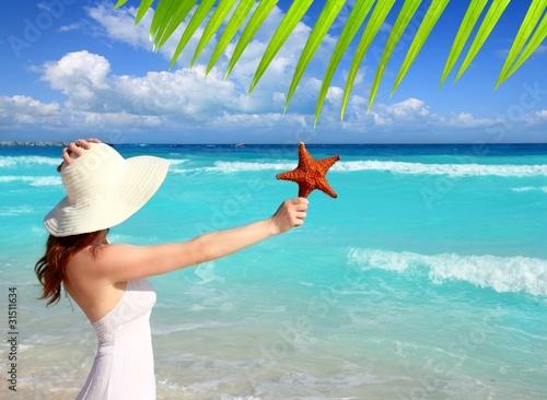 Foto op Plexiglas Caraïben beach hat woman starfish in hand tropical Caribbean