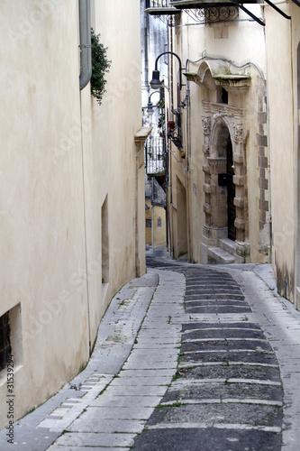 strada in discesa tra le vie di Modica antica