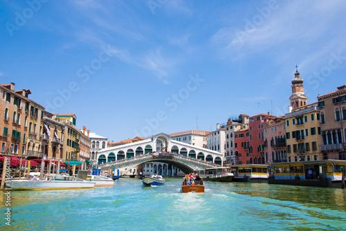 Foto auf AluDibond Venedig Venice Grand canal with gondolas and Rialto Bridge, Italy