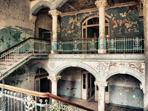 Foto auf Leinwand Altes Beelitz-Krankenhaus Treppenhaus im alten Krankenhaus