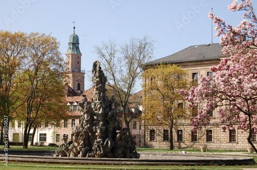 Fotografía  Hugenottenbrunnen und Schloss Erlangen