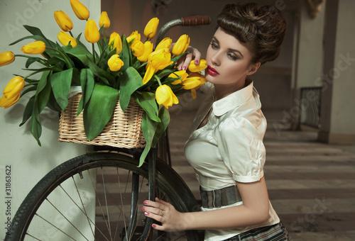 piekna-kobieta-w-ciemnych-wlosach-z-bukietem-zoltych-kwiatow