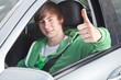 Junger Mann im Auto 515
