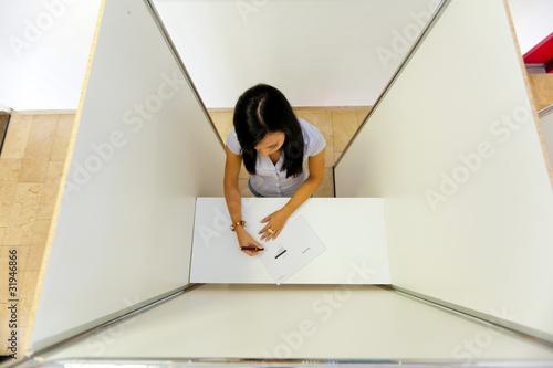 Valokuva  Frau in einer Wahlzelle