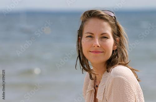 femme au bord de la mer Wallpaper Mural