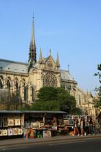 Bouquinistes Devant Notre Dame De Paris