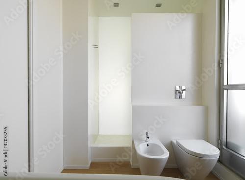 Bagni Moderni Con Doccia : Bagno moderno con sanitari e doccia in muratura u kaufen sie