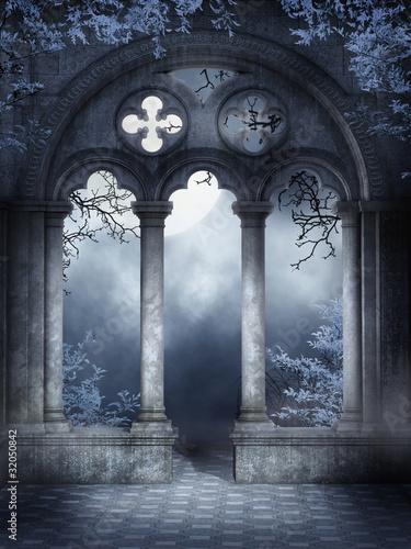Fototapeta Ruiny gotyckiego okna z niebieskim bluszczem obraz