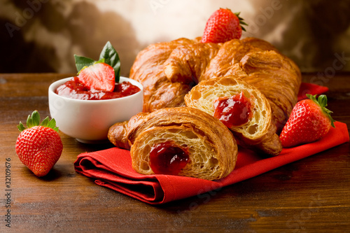 Fotografie, Obraz  Croissant farcito alla marmellata di fragole