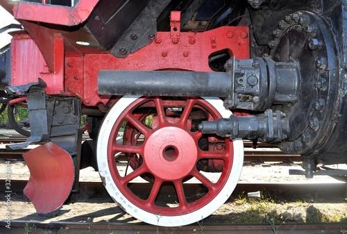 stara-lokomotywa-czerwone-kolo