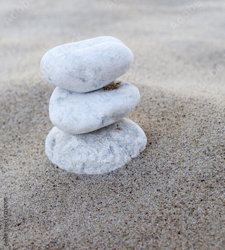 Photo sur Plexiglas Zen pierres a sable gros plan sur galets blancs en équilibre