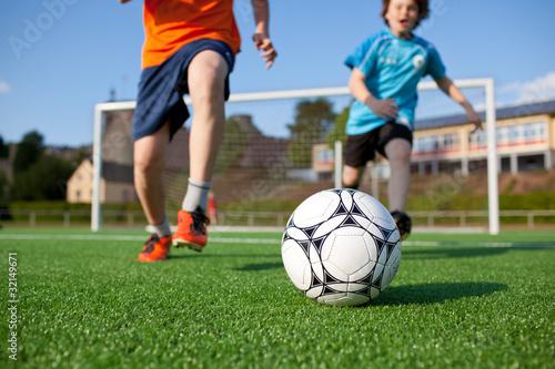 Foto  Zwei jungs spielen fußball