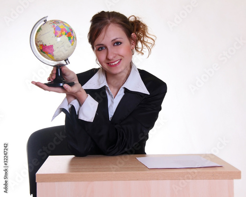 Fényképezés  Девушка - менеджер турагентства с глобусом