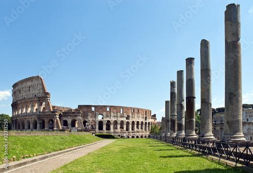 Photo Il Colosseo visto dal Tempio di Venere e Roma