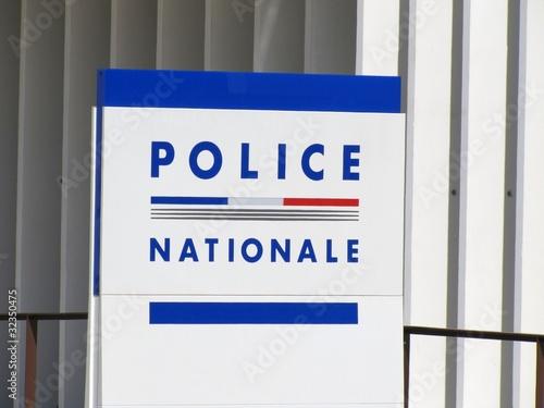 Fotografía  Panneau signalant un commissariat de police