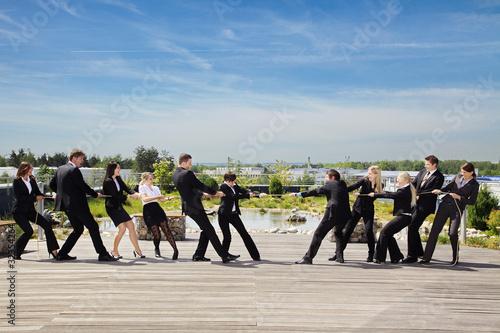 Fotografie, Obraz  Tauziehen zwischen Geschäftsleuten
