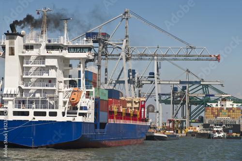 Container Schiffe im Hafen von Antwerpen