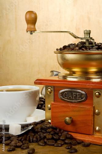 Fototapeta kawa   kubek-pelen-kawy-fasoli-garnka-i-mlynka