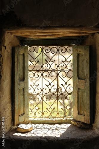 Foto op Plexiglas Marokko finestra con inferiate in una abitazione in Marocco