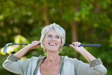 Seniorin Mit Golfschläger