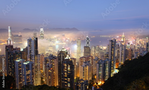 Montage in der Fensternische Hongkong Hong Kong at foggy evening. View from The Peak