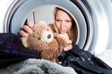 Junge Frau Holt Nassen Teddybär Aus Einer Waschmaschine