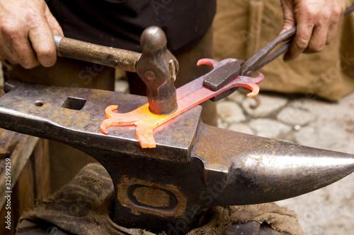 Photo blacksmith forged iron smith anvil hammerman