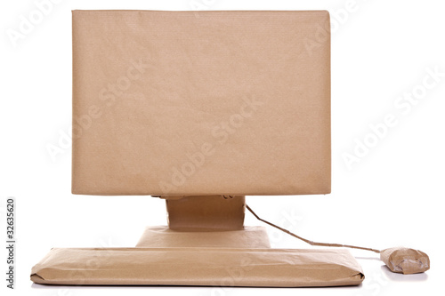 Fotografía  Computer wrapped in brown paper