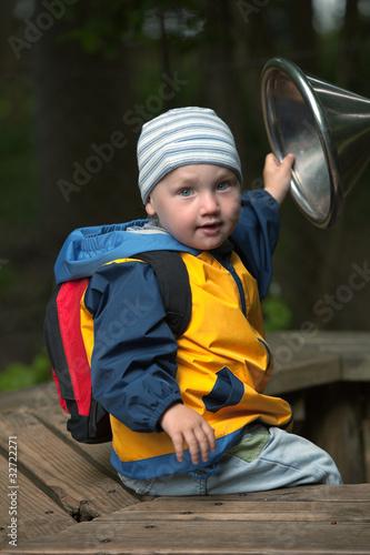 Papiers peints Attraction parc Kleinkind (2 jähriger Junge) sitzt auf Holzbank