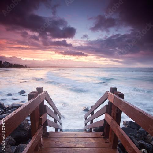 australijski-seascape-ze-schodami-na-pierwszym-planie-w-formacie-kwadratu