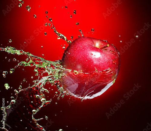 Poster Eclaboussures d eau red apple in juice stream