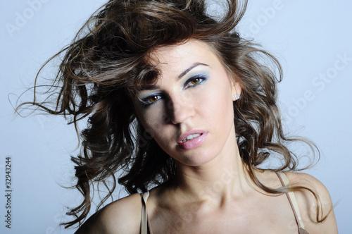 kobieta o rozwianych włosach
