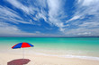 エメラルドグリーンの海と広く青い空