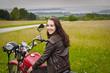 junge Frau auf Motorrad